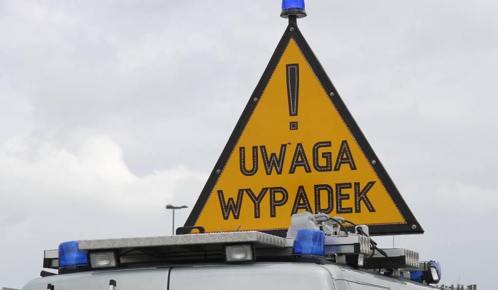 Film do artykułu: Kolizja na skrzyżowaniu w Skarżysku. Jeden z samochodów uderzył w ścianę bloku
