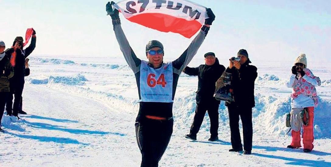 Bartosz Mazerski na mecie maratonu na zamarzniętej tafli jeziora Bajkał na Syberii
