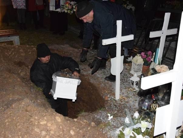 Pogrzeb dzieci nienarodzonych w Suwałkach. 24 dzieci pochowano w jednym grobie (zdjęcia)