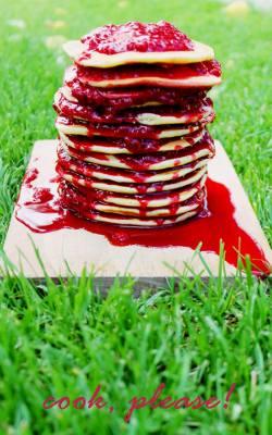 Pancakes z sosem malinowym.