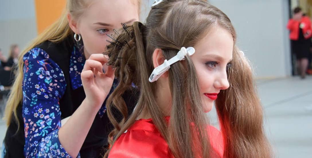 """Zdjęcie wykonane podczas XVII Wojewódzkiego Turnieju o tytuł """"Najlepszy uczeń w zawodzie fryzjer"""" w Krośnie"""