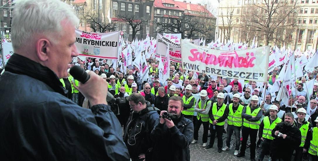 Związkowcy ze śląsko-dąbrowskiej Solidarności niedawno licznie protestowali przed Śląskim Urzędem Wojewódzkim