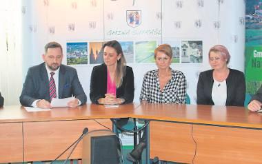 Mariusz Żukowski, sekretarz gminy (od lewej), burmistrz Radosław Dobrowolski, radne: Monika Suszczyńska, Krystyna Woronko, Mariola Borowa, sołtys Henrykowa