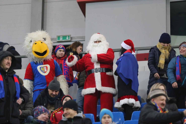 Mikołaj na trybunach i.... Pogoń też rozdawała prezenty [ZDJĘCIA KIBICÓW]