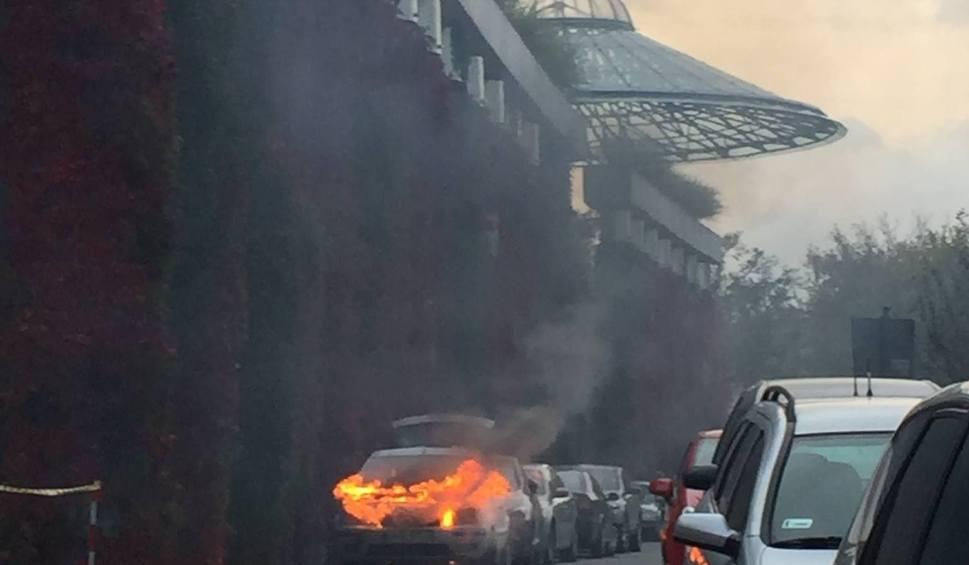 Film do artykułu: Pożar przed budynkiem opery. Zapalił się samochód