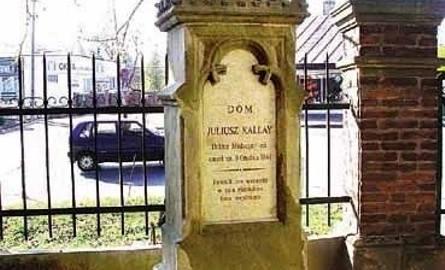 Nagrobek Juliusza Kallaya, lekarza, powstańca listopadowego, przewodniczącego Rady Narodowej w 1848 roku – cenny zabytek o cechach neogotyckich, zwieńczony