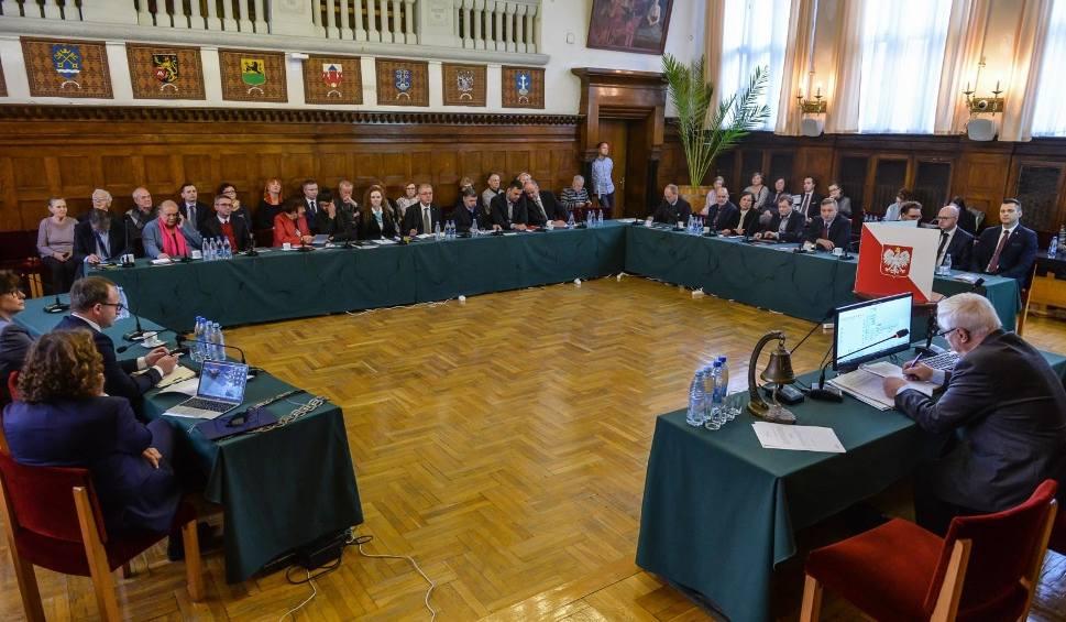 Film do artykułu: Nadzwyczajna sesja Rady Miasta Sopotu. Ustalono wysokość podatków na 2019 rok. Będzie drożej
