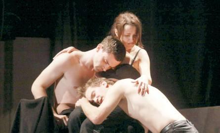 """Scena ze spektaklu """"Grosse Aktion"""" teatru Ecce Homo z Kielc"""