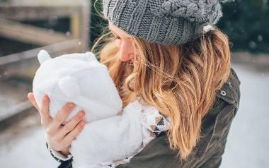 """Jak ubrać niemowlę na zimowy spacer? """"Cieplej"""" nie znaczy """"lepiej"""""""