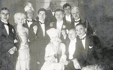 Tadeusz Wróblewski (pierwszy od lewej) z narzeczoną Łucją na balu maskowym BTW 5 stycznia 1929 roku. Bal odbył się w hotelu Pod Orłem.