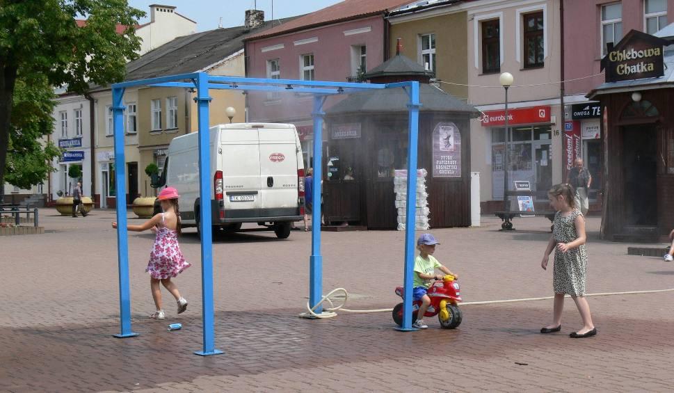 Film do artykułu:  Tarnobrzeg: Kutyna wodna na placu Bartosza Głowackiego znów chłodzi