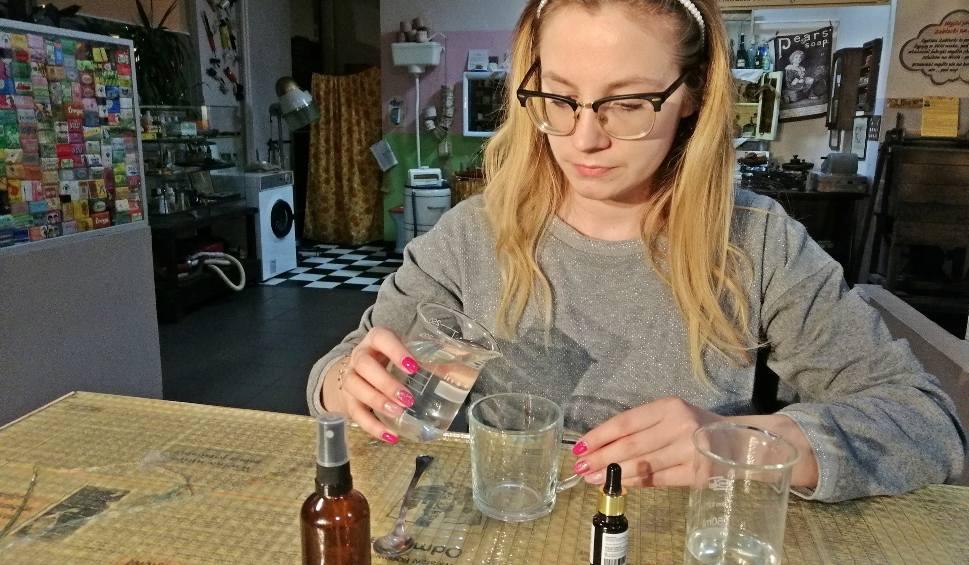 Film do artykułu: Płyn i żel antybakteryjny możemy przygotować sami. Zobacz przepis [2.04.2020]