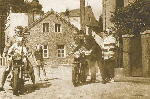 Rok 1962: Aleksander Osuch z żoną Bronisławą (przy motocyklu z prawej) podczas odwiedzin w Brożcu. Ich córka Hania z Walterem Rogoschem (na drugim m