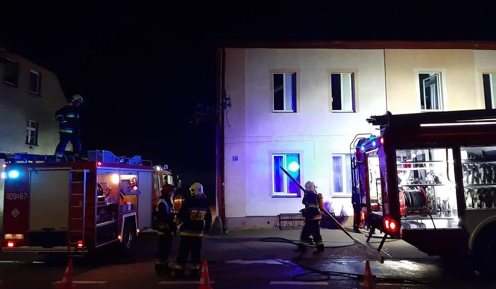 Film do artykułu: Pożar w budynku mieszkalno-handlowym w Trzebielinie (zdjęcia)