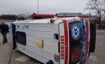 Wypadek na Paradnej przy ICZMP. Karetka pogotowia przewróciła się na bok [ZDJĘCIA,FILM]