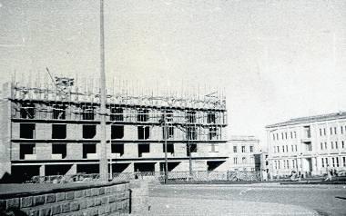 Budowa bloku, w którym w 1962 roku otwarto księgarnię Rolniczą