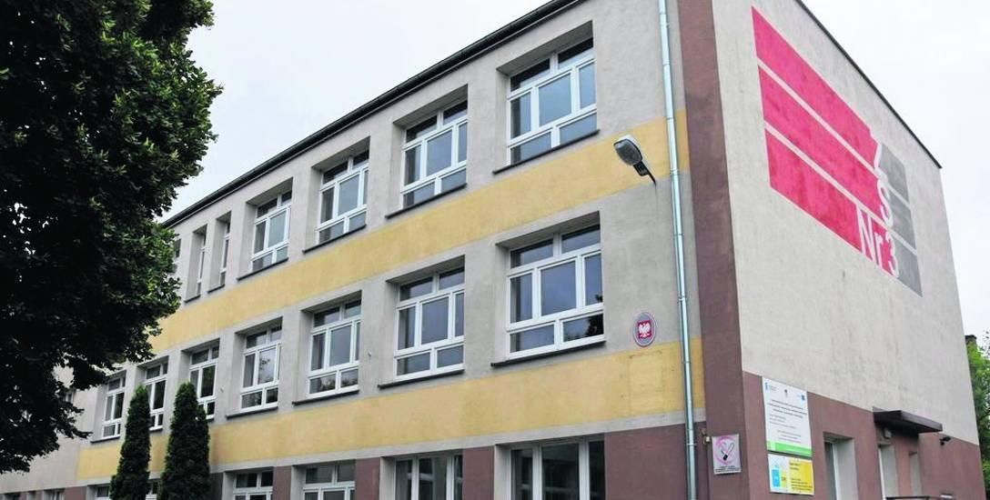 Gmach dawnej szkoły budowlanej przy ulicy Artyleryjskiej wciąż czeka na nowego gospodarza. Powiat zaś liczy na kilka milionów, które zasilą samorządową