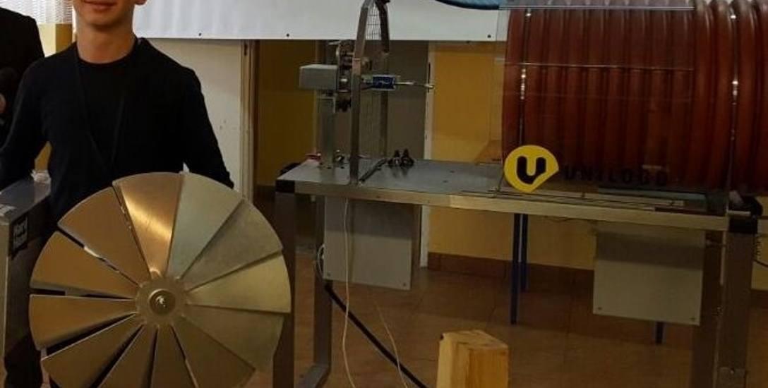 Rok temu Michał startował też w turnieju maszyn wiatrowych. Tu ocenia się łącznie trzy elementy: moment obrotowy, moc i liczbę obrotów. Wiatrak Michała