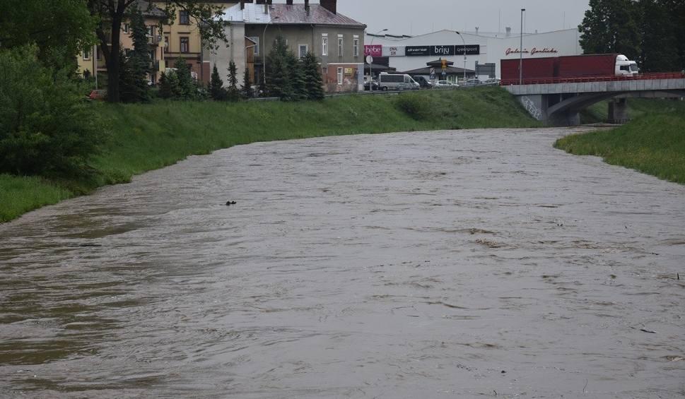 Film do artykułu: W Gorlickiem ogłoszono stan pogotowia przeciwpowodziowego. Zwiększony został zrzut wody na Klimkówce. Ropa przekroczyła stan ostrzegawczy