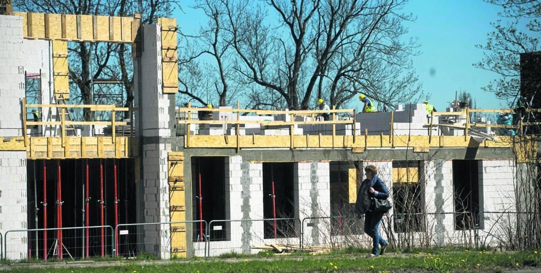 W sąsiedztwie ZUS w Koszalinie widać, jak przebiega budowa JRG - trwa realizacja stanu surowego otwartego; jeszcze w tym roku powinien być gotowy stan