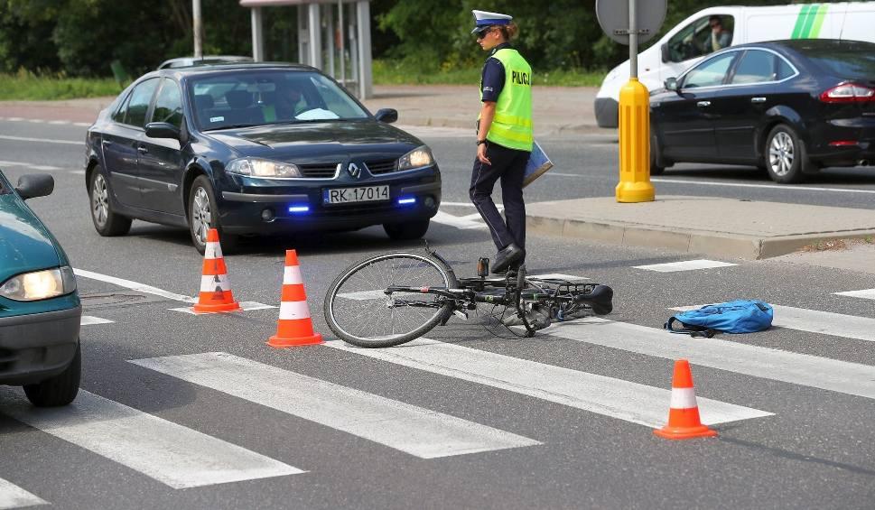 Film do artykułu: Stalowa Wola. Rowerzysta wjechał w bok forda escorta  i doznał urazów