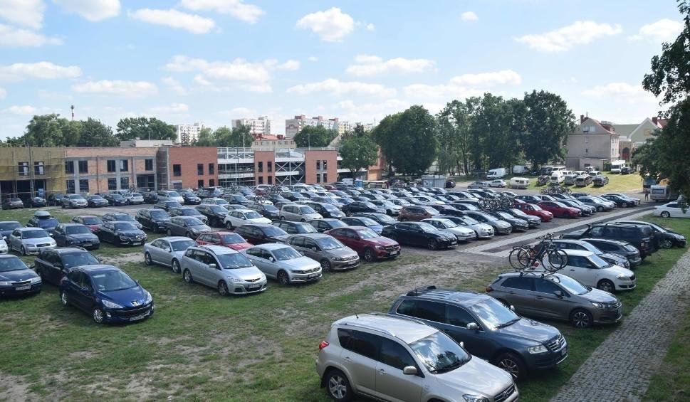 Film do artykułu: Najdroższy parking w Polsce? 55 zł - tyle kosztuje parking niedaleko zamku w Malborku. Turyści dzielą się paragonem z ceną za parkowanie