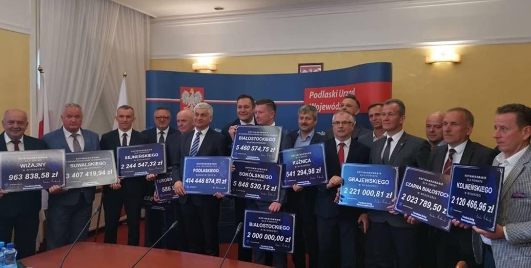 Wojewoda podlaski Bohdan Paszkowski wręczał przedstawicielom poszczególnych samorządów czeki z sumą przyznanego dofinansowania z Funduszu Dróg Samor