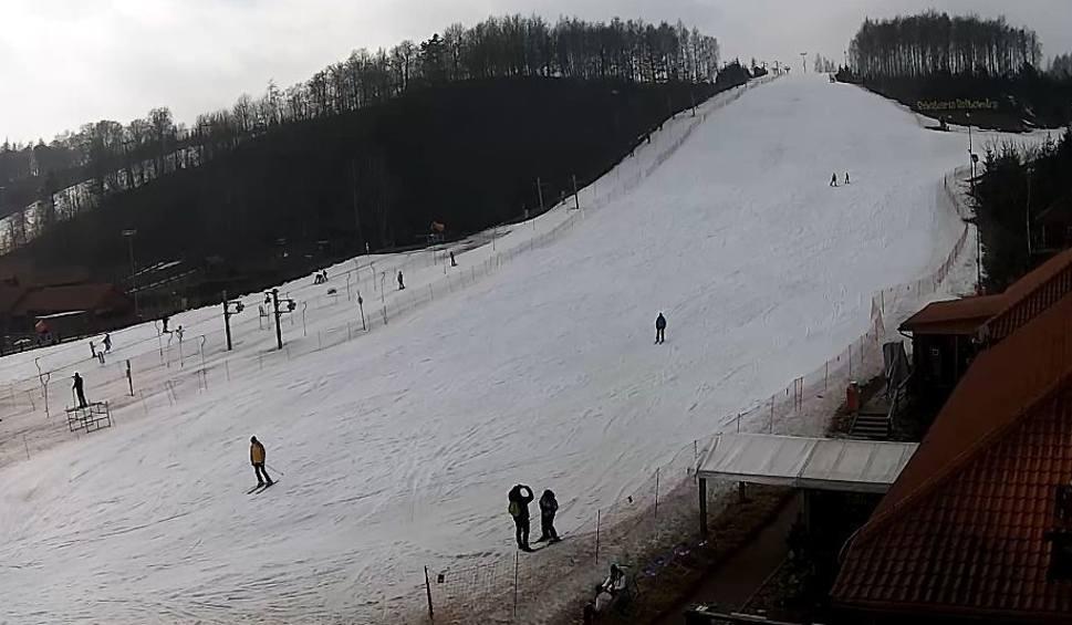 Film do artykułu: Świętokrzyskie stoki narciarskie pełne śniegu. W weekend będą super warunki do szusowania