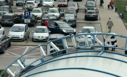 Parking przy szpitalu przy ul. Borowskiej. Godzina postoju kosztuje 4 zł. Pierwsze 20 minut jest za darmo.