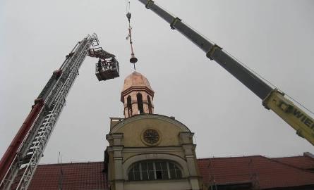 Po zamontowaniu iglicy wieżyczka tuż przed 18.00 była gotowa