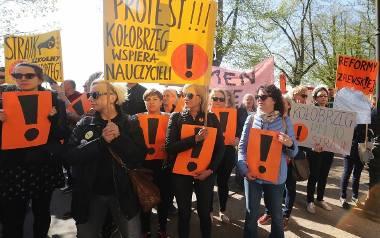 """""""Godność!"""", """"Wolność!"""", """"Demokracja!"""" - takie hasła wykrzykiwali nauczyciele, którzy manifestowali we wtorek przed urzędem wojewódzkim"""