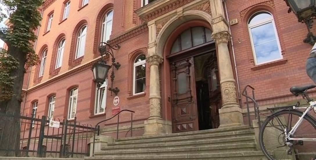 Proces recydywisty Jacka K. odbędzie się przed Sądem Okręgowym w Szczecinie. Pierwsza rozprawa nie została jeszcze wyznaczona. Za rozbój z młotkiem grozi