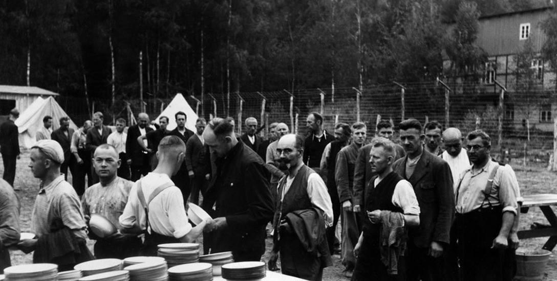 Jeden z pierwszych dni funkcjonowania niemieckiego obozu koncentracyjnego Stutthof - początek września 1939. Na zdjęciu: więźniowie - Polacy z Wolnego