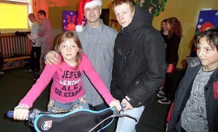 Także dziewczynki chciały posiedzieć na motocyklu do miniżużla. Na zdjęciu: Sandra Blauza, Piotr Jezierski jako Mikołaj, żużlowiec Karol Szychowski