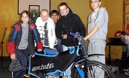 Ekipa GTŻ, która przekonywała uczniów, że warto uprawiać żużel (od lewej): Szymon Lewandowski, Mateusz Rujner, Jakub Rzepkowski, Karol Szychowski, Denis