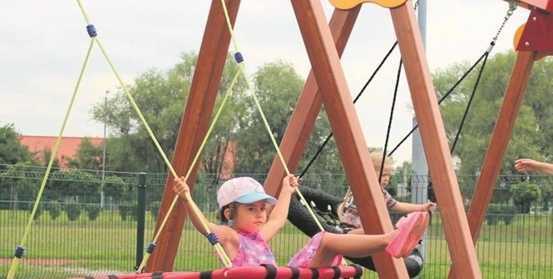 """Huśtawki na integracyjnym placu zabaw mają """"orle gniazda"""". Mogą z nich korzystać zdrowe i niepełnosprawne dzieci"""