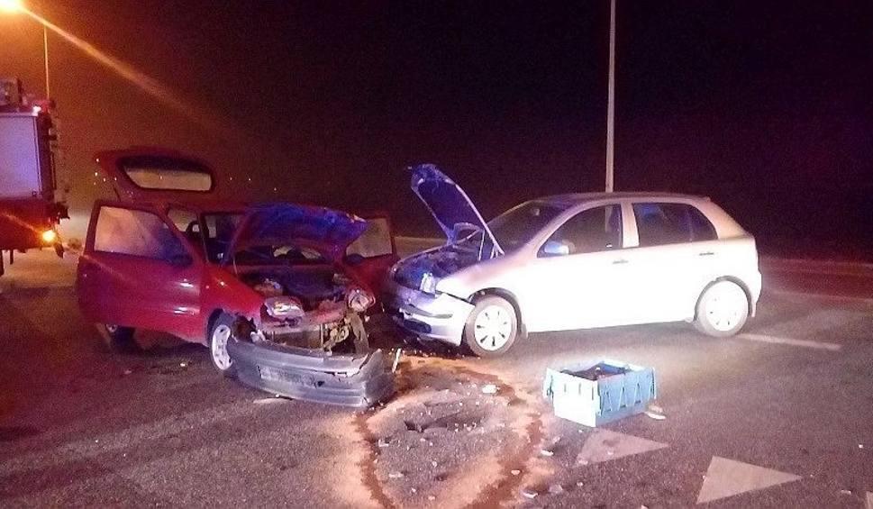 Film do artykułu: Zderzenie dwóch aut w Ostrowcu. Trzy osoby ranne