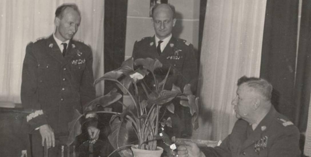 Gen. lotnictwa Jan Frey-Bielecki (z lewej), b. szef UB w Krakowie
