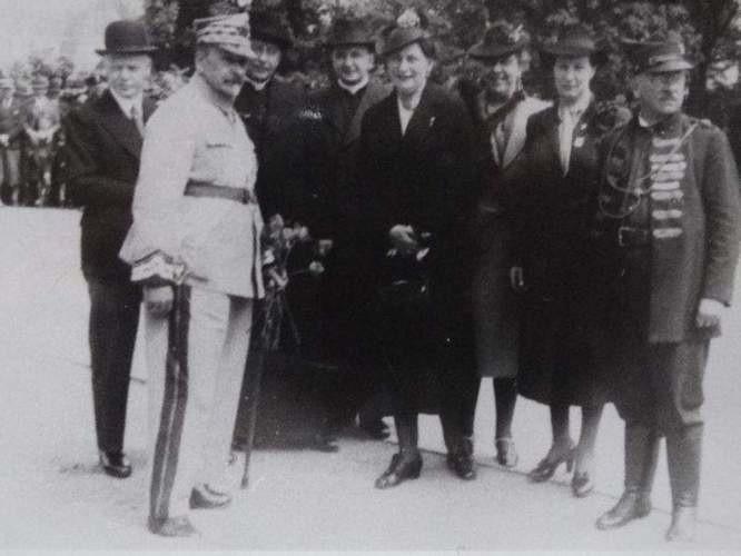 Prawdopodobnie 1936 r, wizyta gen. Józefa Hallera w Bydgoszczy. Czwarta z prawej (wysunięta do przodu) stoi Wanda Górska.