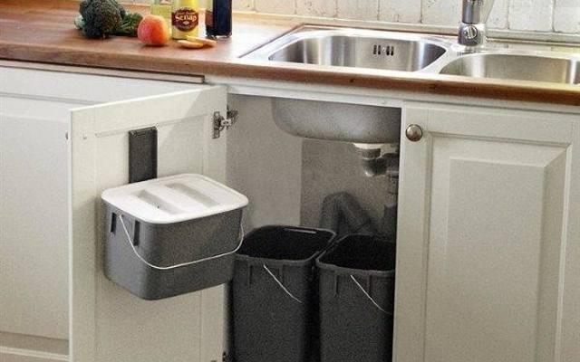 Zestaw pojemników do segregacji śmieci zmontowany pod zlewem kuchennym jest bardzo poręczny.