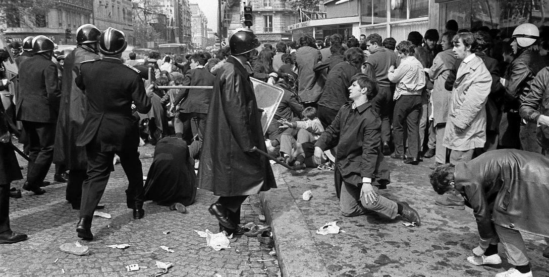6 maja 1968, ulica Saint Jacques w Paryżu. Policjanci z brygady CRS używają pałek w trakcie starć z demonstrantami ze związku studentów UNEF.