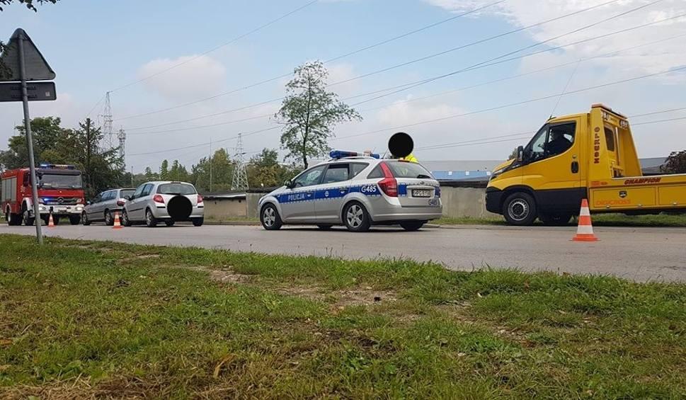Film do artykułu: Olkusz. Na ul. Osieckiej zderzyły się dwa auta. Kobieta trafiła do szpitala