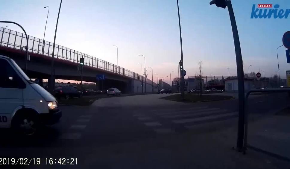 Film do artykułu: Rowerzysta na ścieżce miał zielone światło. Przytomne zachowanie uratowało go od potrącenia przez kierowcę busa (WIDEO)