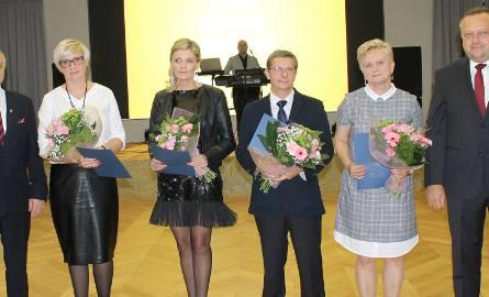 Nagrodzeni: Anna Matuszak (na zdjęciu pierwsza od lewej),   Beata Wiśniewska, Jarosław Rutkowski i Małgorzata Taczyńska oraz  burmistrz Leszek Kawski