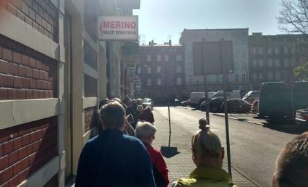W Wielką Sobotę mieszkańcy stoją w ogromnych kolejkach po chleb w Katowicach i innych miastachSKLEPY OTWARTE W WIELKANOC: WIELKA SOBOTA, NIEDZIELA WIELKANOCNA,