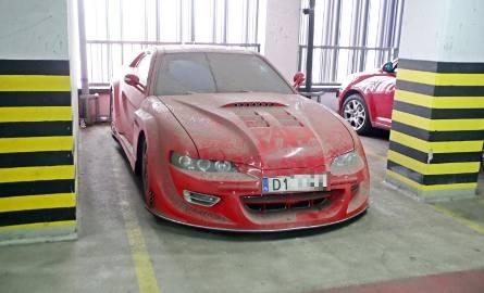 To auto od kilku lat stoi w Arkadach Wrocławskich. Rachunek za parking? 43 tysiące złotych