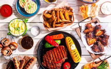 Na grillu warto dla odmiany przyrządzić ryby lub owoce morza. Zamiast kawałka czerwonego mięsa, można też zgrillować lekkie mięso kurczaka i zrobić z