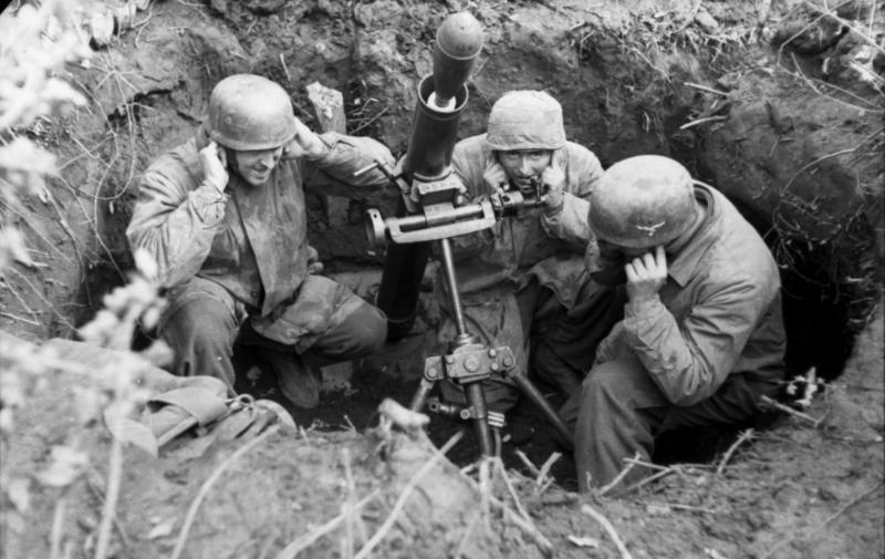 Niemieccy spadochroniarze z moździerzem na pozycji podczas bitwy o Monte Cassino.