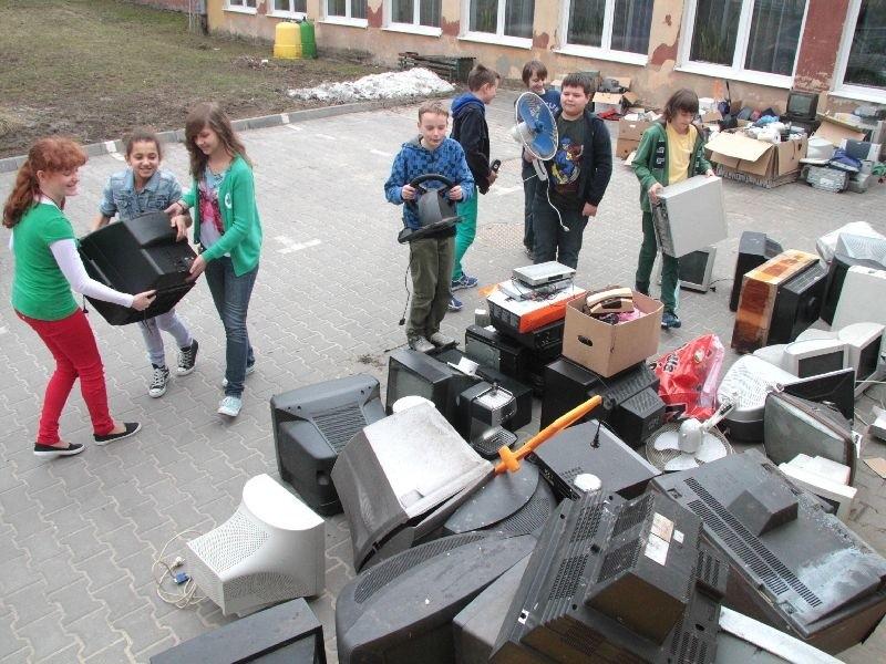 Uczniowie z Zielonego Patrolu przyniesiony sprzęt segregowali i układali.