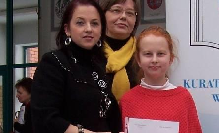 Weronika Stomporowska w towarzystwie nauczycielek, które przygotowywały ją do konkursu matematyczno-przyrodniczego.Z lewej matematyczka Ewa Polecka,